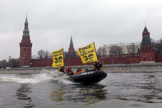 Activisten van Greenpeace protesteren in Rusland tegen het vasthouden van de dertig opvarenden van de Arctic Sunrise.