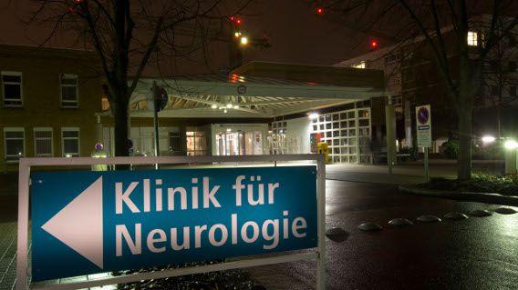 Die Nachtaufnahme zeigt am Freitag (04.01.2013) die Kliniken am Gesundbrunnen in Heilbronn. Foto: Thomas Niedermüller/dpa