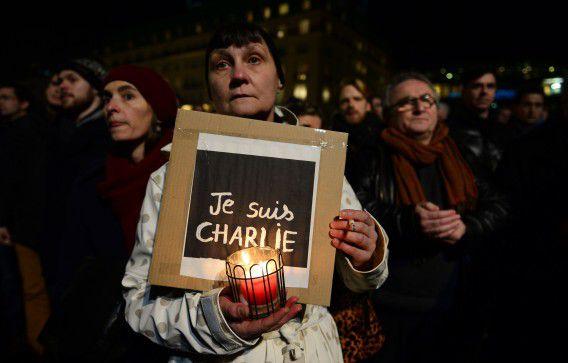Een vrouw demonstreert na de aanslag op het satirische blad Charlie Hebdo.