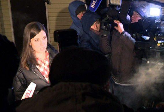 Een screenshot van de Russische tv-zender TVK6. Tolokonnikova praat buiten de gevangenis in Krasnojarsk met journalisten.