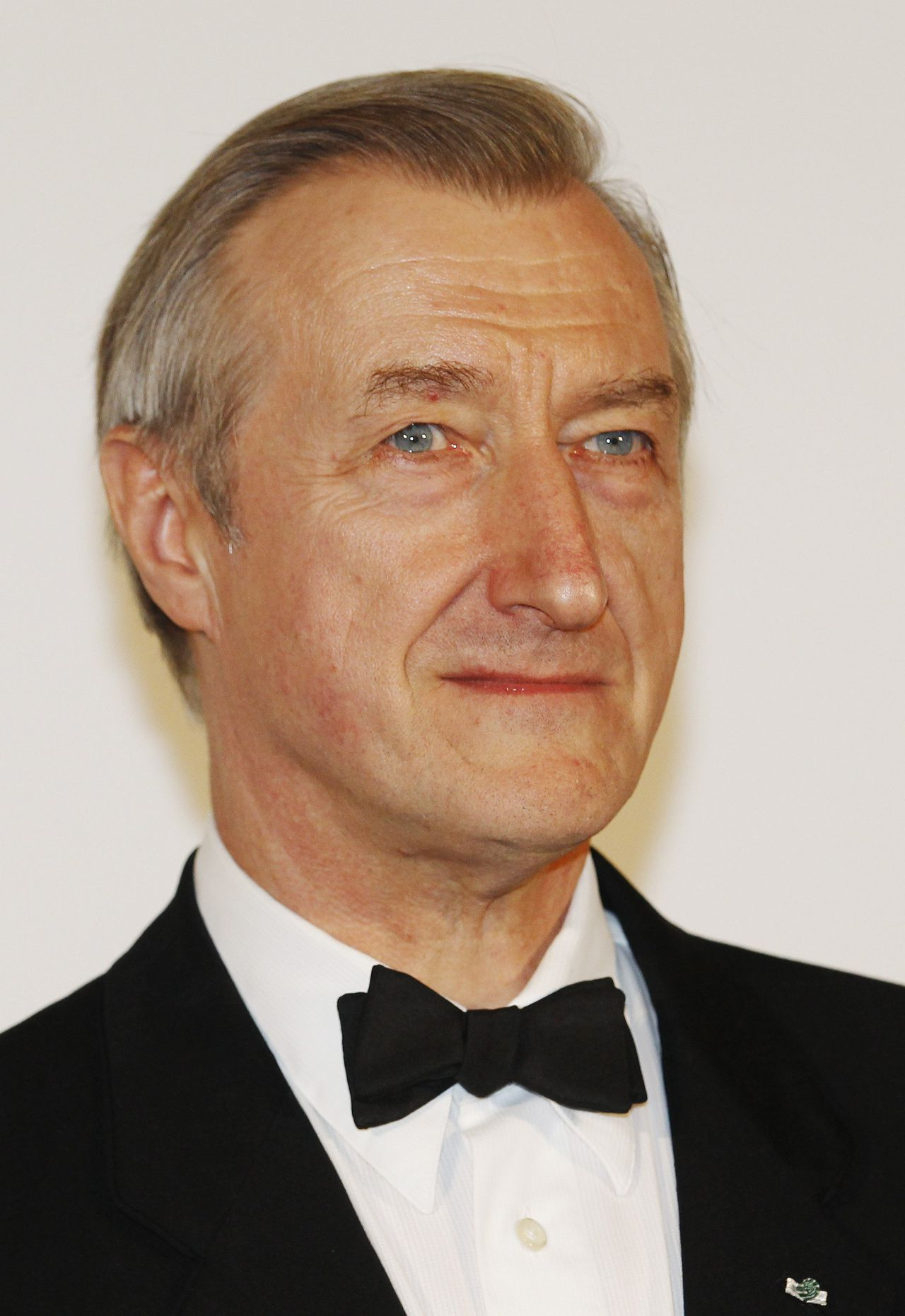 """British author Julian Barnes poses after winning the 2011 Man Booker Prize for Fiction for his book """"The Sense of an Ending"""" at the Guildhall in London October 18, 2011. English author and bookmakers' favourite Barnes won the Man Booker Prize for fiction on Tuesday, despite once dismissing the coveted award as """"posh bingo"""". REUTERS/Luke MacGregor (BRITAIN - Tags: ENTERTAINMENT SOCIETY)"""