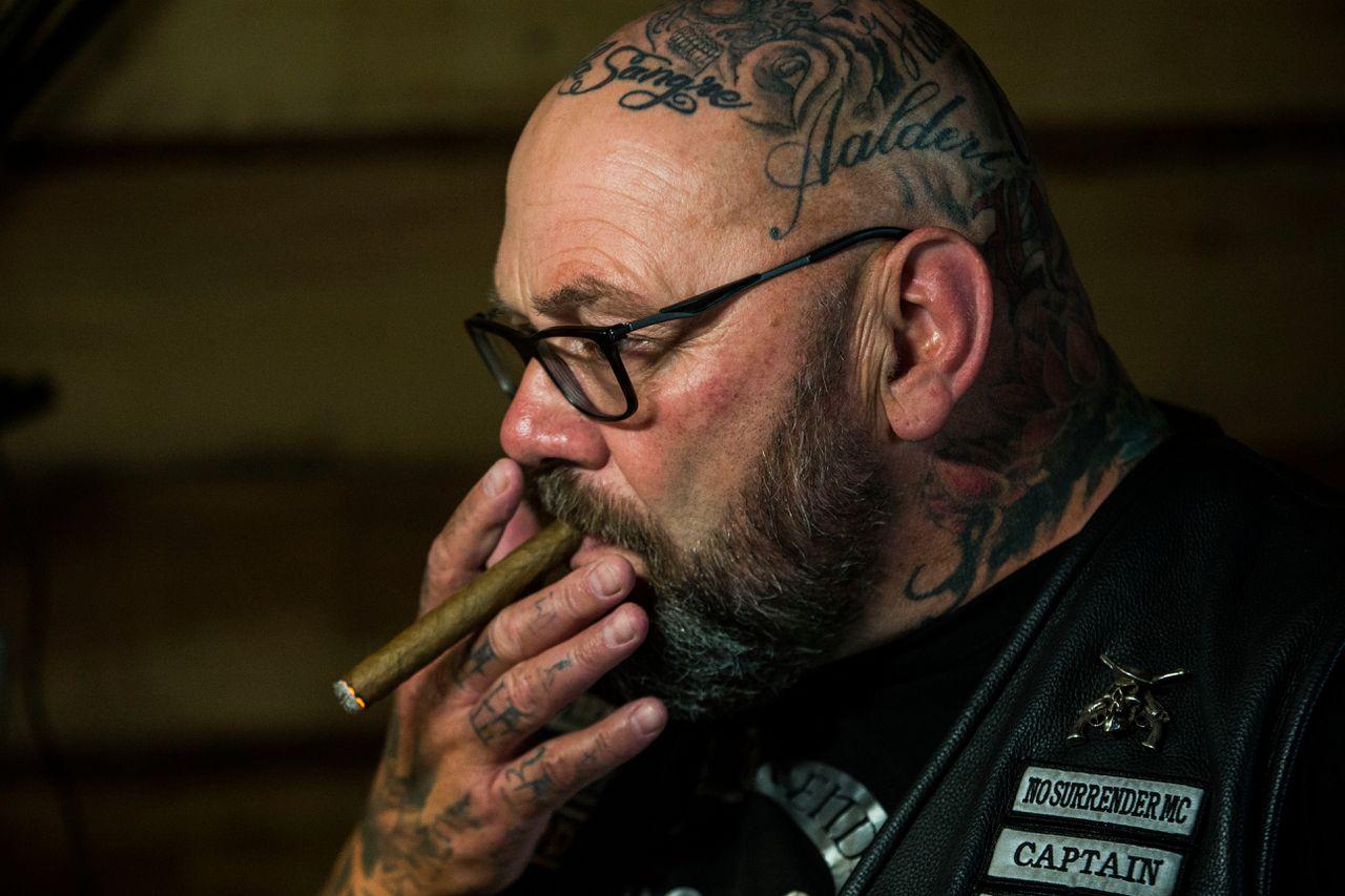 Henk Kuipers tijdens een persconferentie over beeldvorming van motorclubs en No Surrender in het bijzonder.