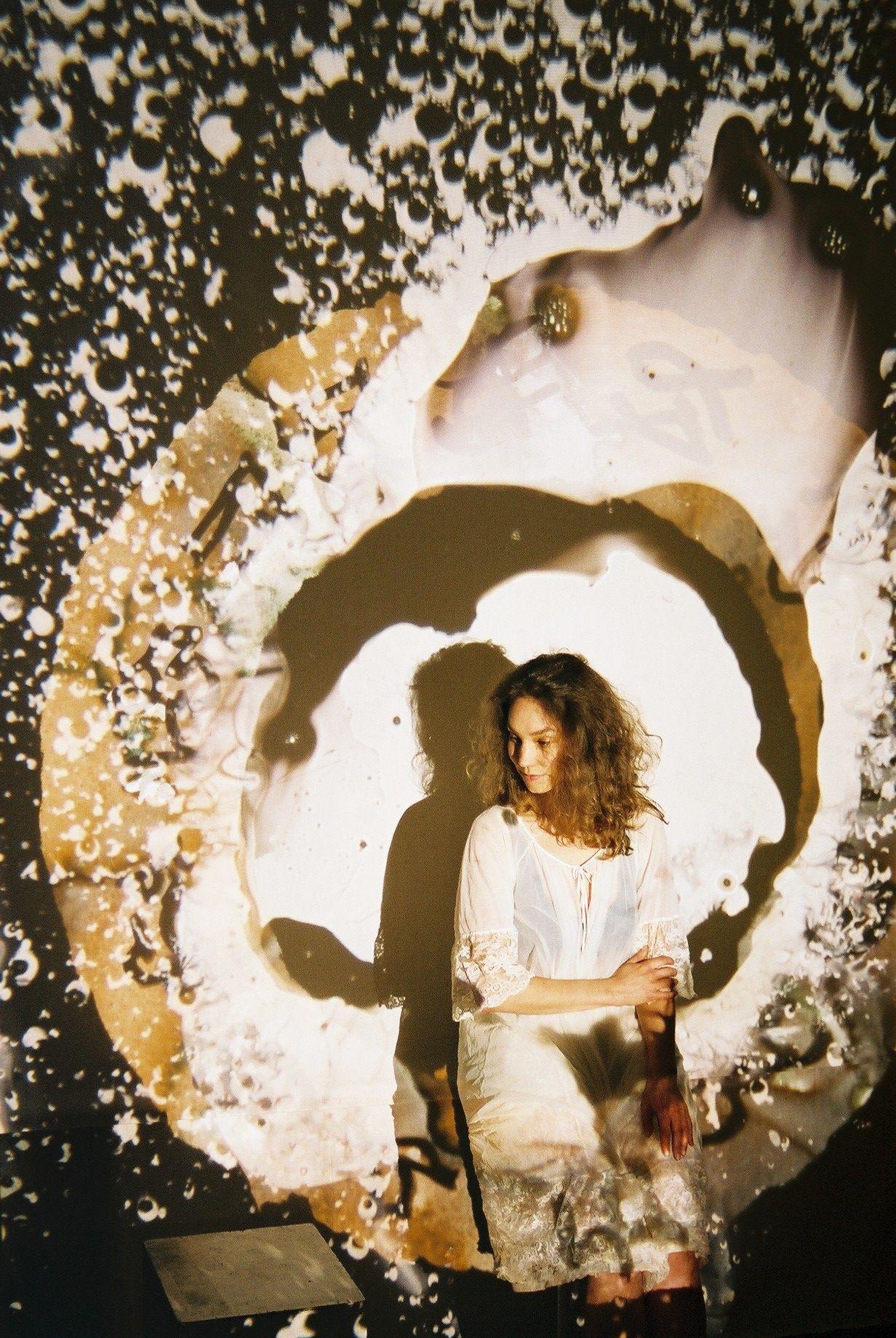 THEATER Faust's Licht Faust's Licht (1985) van componist Guus Janssen en librettist Friso Haverkamp naar 'Doctor Faustus Lights the Lights' van Gertrude Stein, krijgt na allerlei concertversies eindelijk een scènische wereldpremière. De regie is van Miranda Lakerveld met live en kinetisch geschilderde projecties van Norman Perryman. Faust's Licht: 17, 18, 20 mei 20u30; 21 mei 14u30 Bethaniënklooster; info@bethanienklooster.nl Projectie Norman Perryman