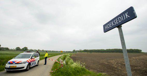 De politie heeft een gebied bij Cothen afgezet waar twee lichamen zijn gevonden.