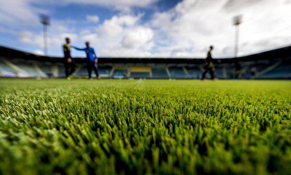 Een aantal spelers van ADO Den Haag traint op het nieuwe kunstgrasveld in het Kyocera Stadion.