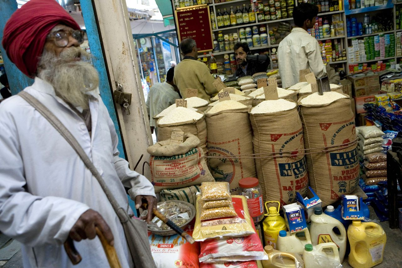 Met prijskortingen schermt India de armen af van de woekerprijzen op de wereldmarkt. Foto Bloomberg Bags of rice sit at store in a market in New Delhi, India, on Friday, Jan. 18, 2008. Dry weather in China, the largest producer of the grain, followed by India and Indonesia, may have curbed production and lead to reduced inventories, the USDA said earlier this month. Photographer: Adam Ferguson/Bloomberg News