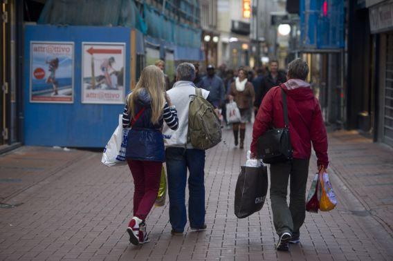 Winkelend publiek in het centrum van Amsterdam.
