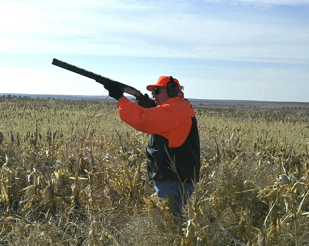 Dick Cheney op jacht. Foto AP ** FILE ** A Nov. 5, 2002 file photo provided by the White House, Tuesday, Feb. 14, 2006, shows Vice President Dick Cheney hunting quail in Gettysburg, South Dakota, (AP Photo/David Bohrer, White House)