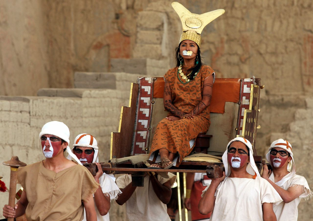 Een actrice personifieert de vrouw waarvan in Peru een mummie is ontdekt. Foto Reuters A Peruvian actress (C) impersonates ancient Moche female warrior 'Lady of Cao', whose mummified remains were recently found at the pyramid Huaca Cao Viejo, during the opening to the public of the restored ceremonial site called El Brujo (the Wizard) in Trujillo, May 12, 2006. The elaborately wrapped mummy,a young woman who died in her late 20s and believed to have been a member of the Moche elite, is dated to around A.D. 450, according to Peruvian archaeologists. The site of Huaca Cao Viejo was opened for visitors after the Wiese Foundation/INC restored and covered the site. PICTURE TAKEN MAY 12, 2006. REUTERS/Mariana Bazo