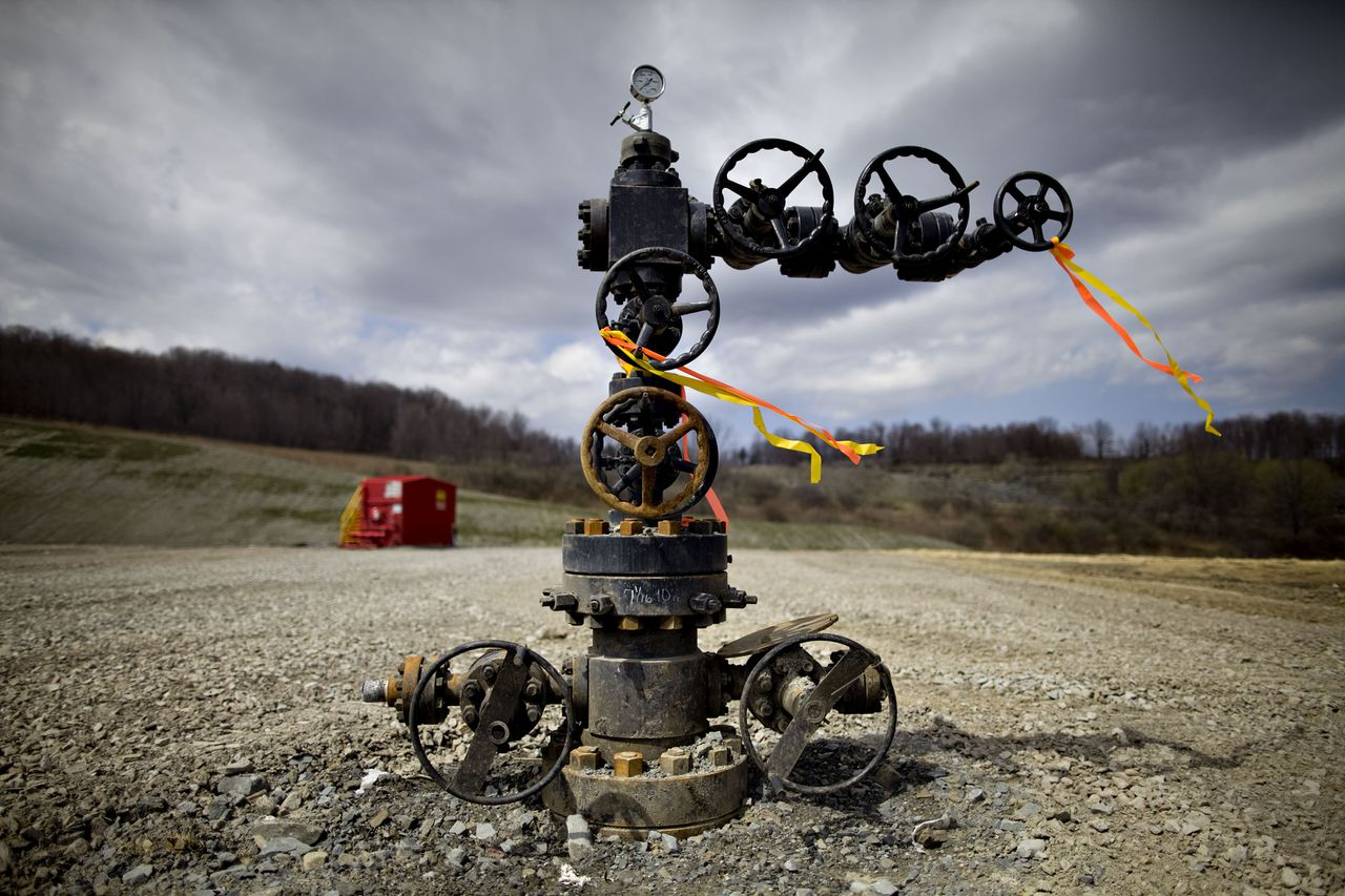 A natural gas wellhead stands on an Alta Resources LLC drill site near Montrose, Pennsylvania, U.S., on Monday, April 5, 2010. Companies are spending billions to dislodge natural gas from a band of shale-sedimentary rock called the Marcellus shale that underlies Pennsylvania, West Virginia and New York. The band of rock, so designated because it pokes through near a city of that name in northern New York, may contain 262 trillion cubic feet of recoverable gas, the U.S. Department of Energy estimates. Photographer: Daniel Acker/Bloomberg