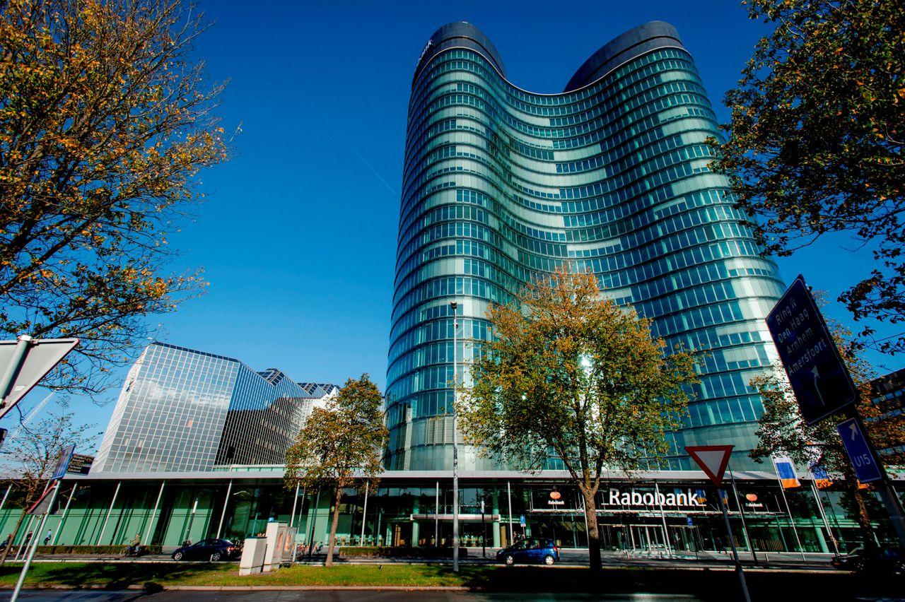 Het slachtoffer werd neergestoken voor het hoofdkantoor van de Rabobank aan de Croeselaan in Utrecht.