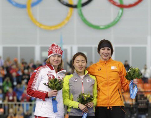 Van links naar rechts: Olga Fatkoelina (zilver), Sang-hwa Lee (goud) en Margot Boer (brons)
