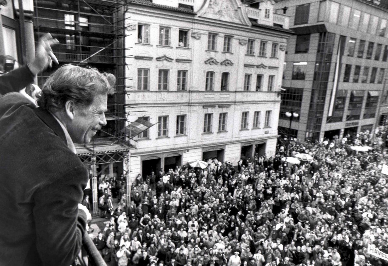 """Presidential candidate Vaclav Havel waves to his supporters from a balcony in Prague in this December 19, 1989 file photo. Havel, a dissident playwright who was jailed by Communists and then went on to lead the bloodless """"Velvet Revolution"""" and become Czech president, died at 75 on December 18, 2011. REUTERS/Petar Kujundzic/Files (CZECH REPUBLIC - Tags: POLITICS OBITUARY)"""