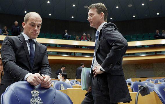 PvdA-leider Samsom heeft tijdens de formatie afspraken over illegaliteit gemaakt met de VVD en is niet van plan zomaar van die afspraken af te wijken.