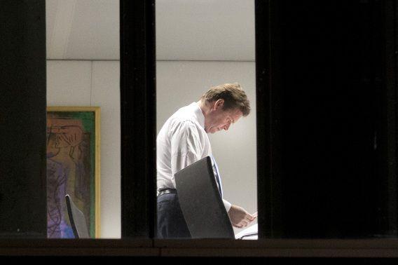 Vanaf gisteren is het pensioenoverleg hervat tussen de partijen van VVD, PvdA, CDA, D66, GroenLinks, Christenunie en SGP op het ministerie van Financiën. Frans Weekers bereidt zich hierop voor op zijn werkkamer.