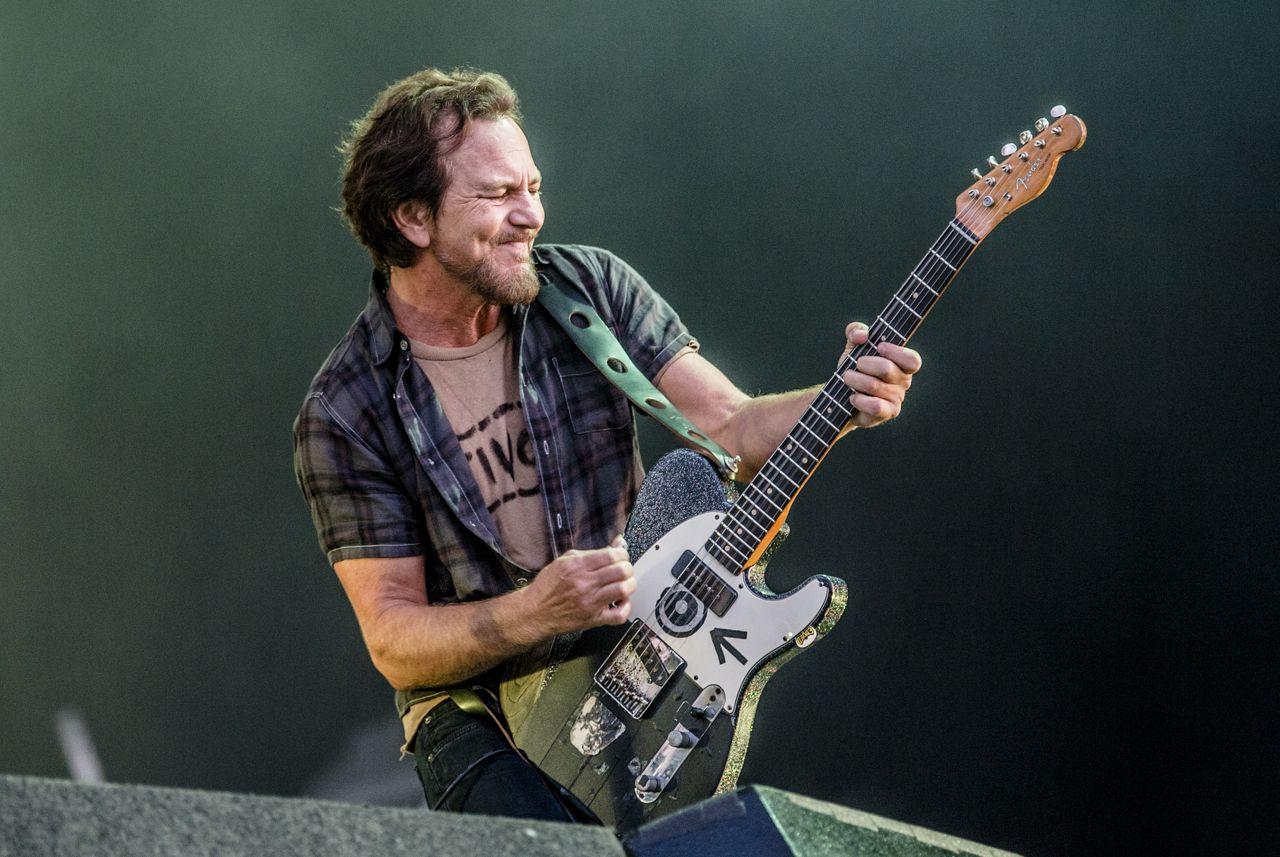 Eddie Vedder haalde tijdens het concert herinneringen op aan de allereerste Pinkpopshow van Pearl Jam, 26 jaar geleden.