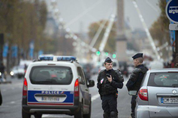 De politie patrouilleert op de Champs-Elysées in Parijs, na een melding van een man die werd gegijzeld door een gewapende man in zijn auto, en werd gedwongen hem af te zetten bij de drukke winkelstraat.