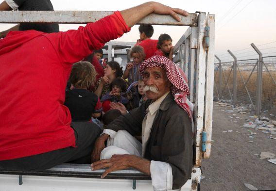 Op de vlucht geslagen leden van de Yezidi-stam komen aan bij een vluchtelingenkamp op de grens van Irak en Syrië.