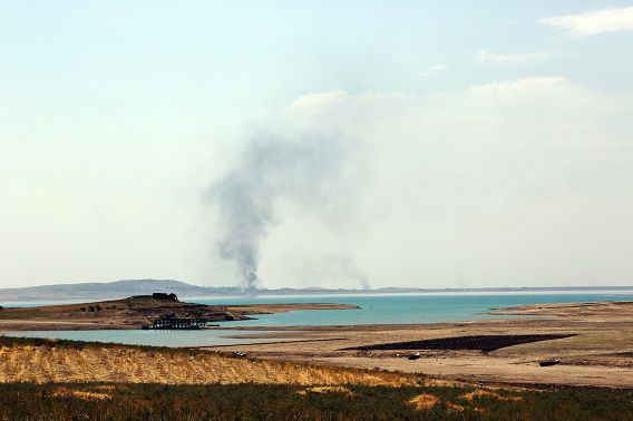 Rook stijgt op na luchtaanvallen in de buurt van de Mosul-dam.