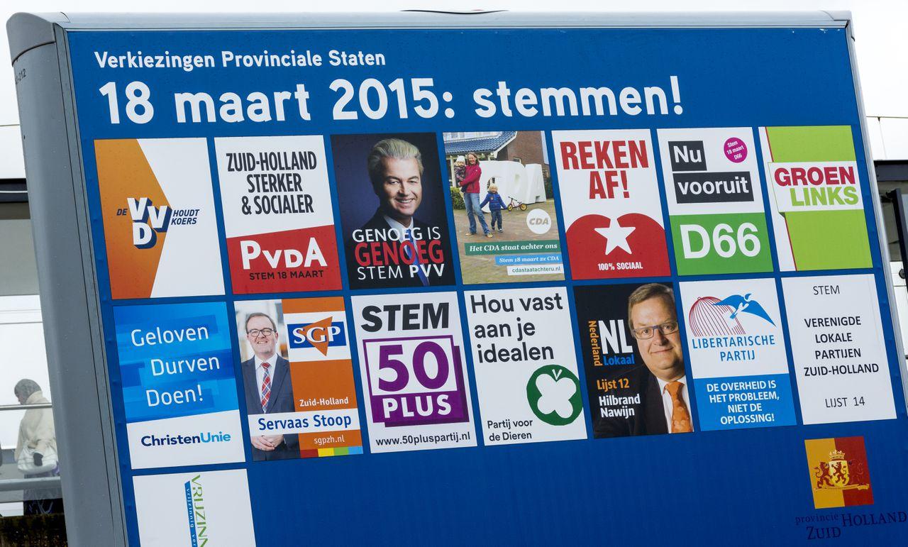 Een bord met verkiezingsposters voor de Provinciale Statenverkiezingen op 18 maart.