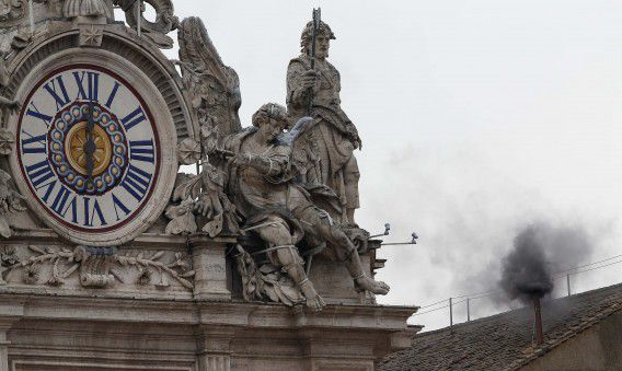 Black smoke rises from the chimney on the roof of the Sistine Chapel in the Vatican City, indicating that no decision has been made after the first voting session on the second day of voting for the election of a new pope March 13, 2013. Roman Catholic Cardinals started a conclave on Tuesday to elect a successor to Pope Benedict, who abdicated last month. REUTERS/Alessandro Bianchi (VATICAN - Tags: RELIGION)