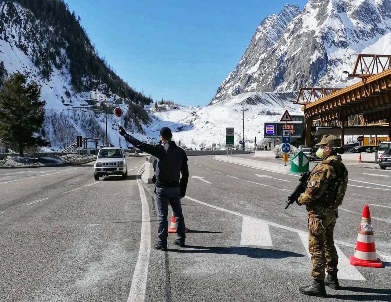 Grenswachten bij de ingang van de Mont Blanctunnel.