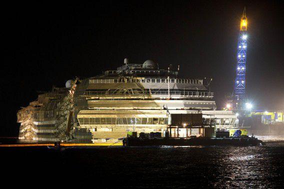 Eerste beelden van de Costa Concordia die weer overeind staat