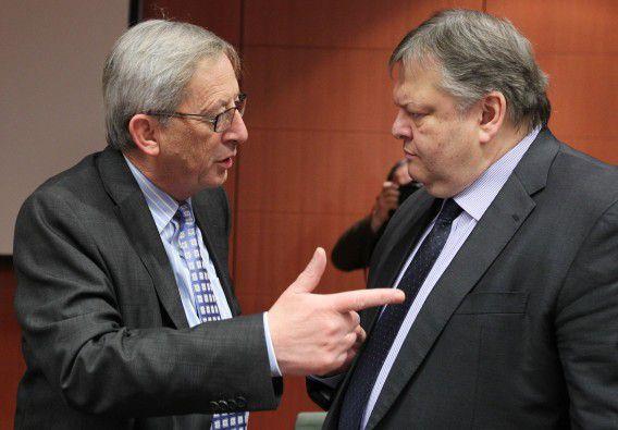 Voorzitter van de eurogroep Jean-Claude Juncker (L) spreekt met de Griekse minister van Financiën Evangelos Venizelos in Brussel. Foto AP / Yves Logghe