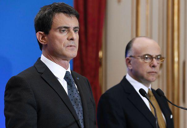 De Franse premier Manuel Valls (links) tijdens een persconferentie over de drie aanslagen in Frankrijk in de afgelopen drie dagen. Foto: AFP / Patrick Kovarik