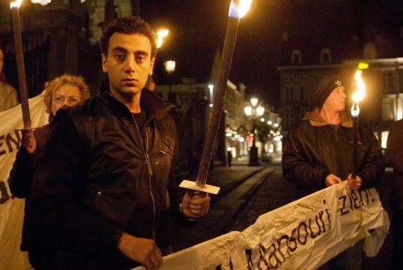 Wake voor stadhuis voor de in Iran opgepakte Abdullah al-Mansouri in 2007. Links een van de zoons van Al-Mansouri.