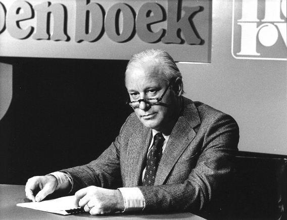 Schrijver Michel van der Plas in 1976 tijdens de presentatie van het programma 'De grote wegwezer'.