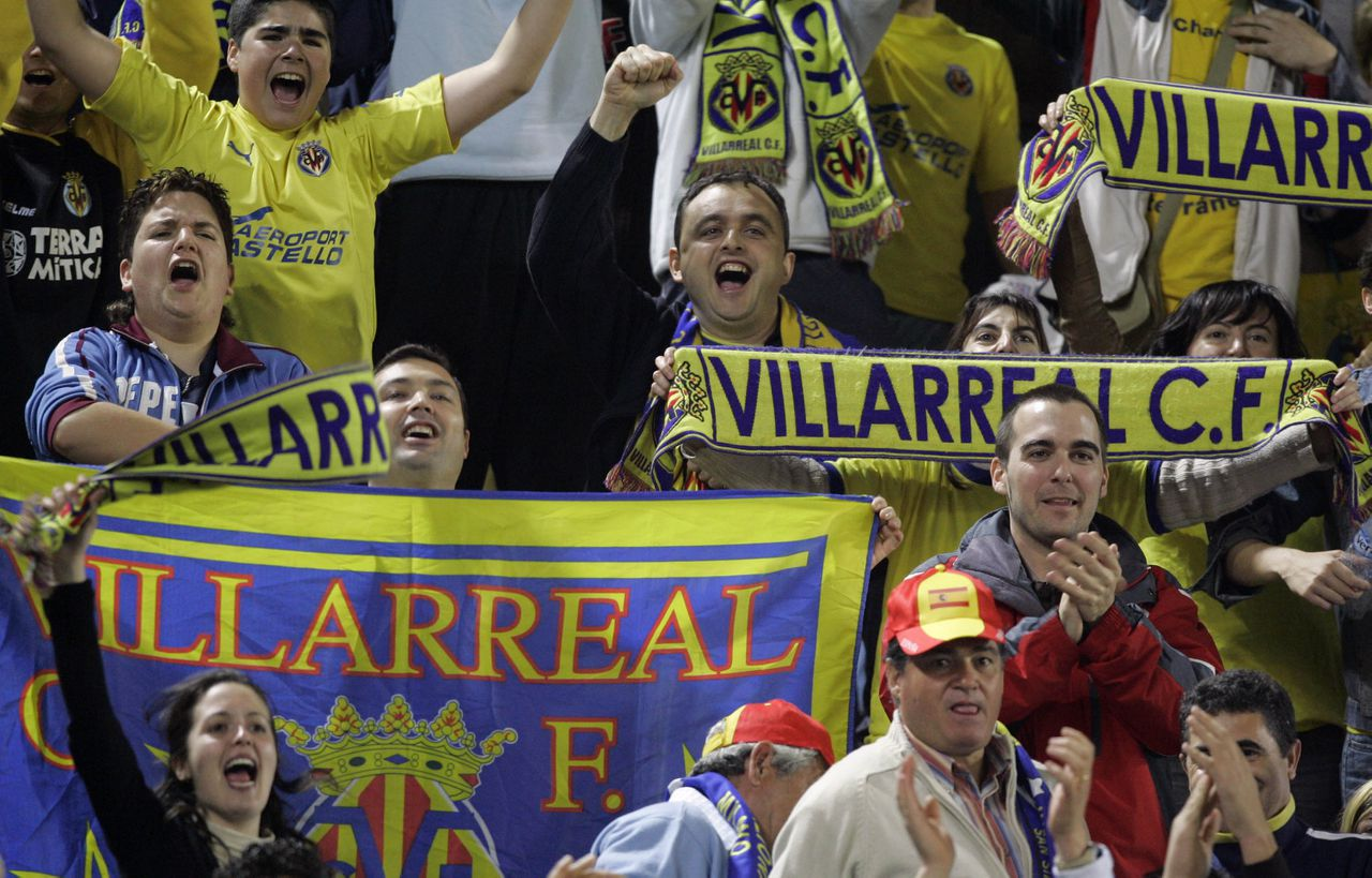 Fans van Villarreal juichen nadat hun club heeft gescoord in de kwartfinale van de Champions League tegen Inter Milaan. Villarreal won met 1-0. Foto AP Kleine Spaanse club Villareal: de gele duikboot ligt op koers Pagina; 17 Villareal supporters celebrate their team's victory during a Champions League quarter final, second leg, soccer match against Inter Milan in the Madrigal Stadium in Villareal, Spain, Tuesday, April 4, 2006. Villarreal beat two-time winner Inter Milan 1- 0 to qualify for the Champions League semifinals. Aggregate score was 2-2 and Villarreal win on away goals rule. (AP Photo / Bernat Armangue)