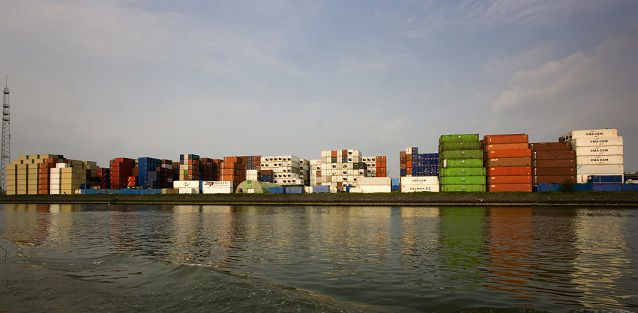 CONTAINER OVERSLAG. Grote hoeveelheden containers staan opgestapeld in de Rotterdamse haven. foto VINCENT MENTZEL/NRCH==F/C==Nederland. Rotterdam, 17 april 2009
