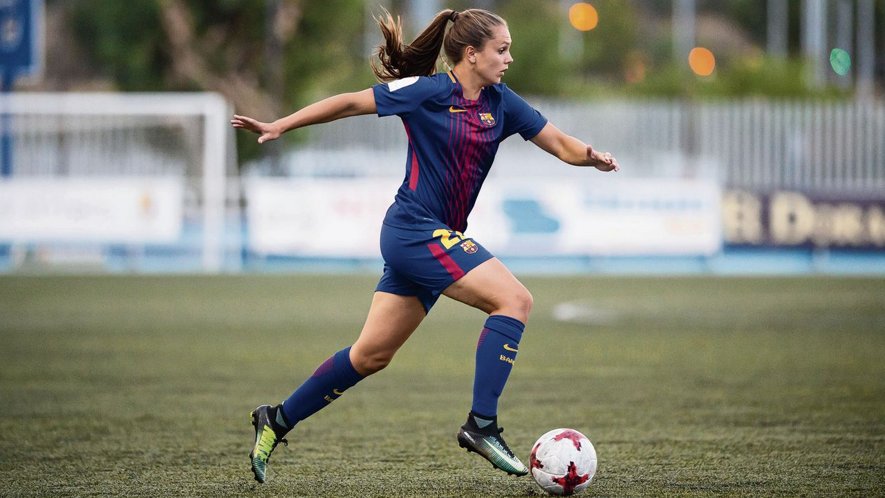 """Lieke Martens, rugnummer 22, in het shirt van FC Barcelona waarvoor ze zaterdag haar thuis-debuut maakte tegen Albacete: """"Als ze niet scoort is ze de hele avond chagrijnig."""""""