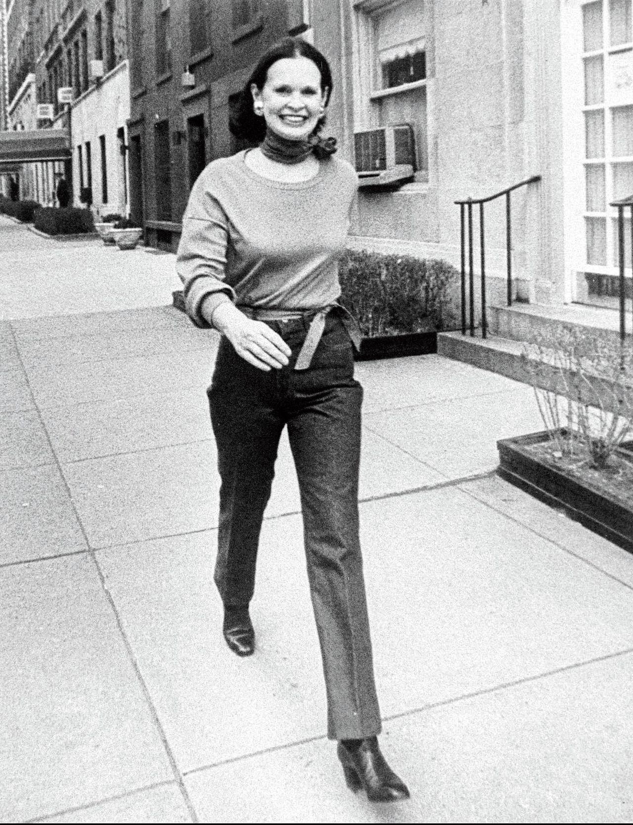 Ongedateerde foto van Gloria Vanderbilt, op straat in New York.