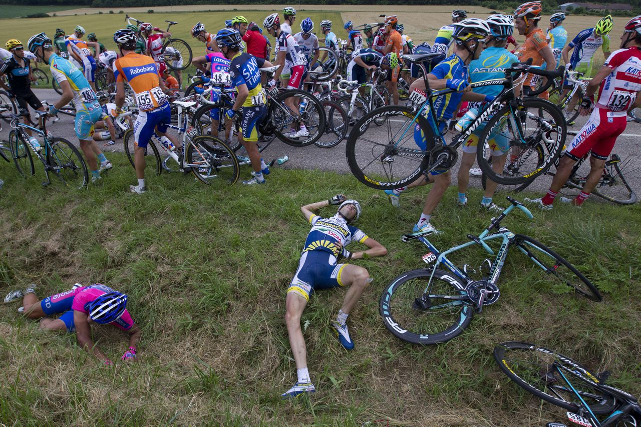 TOPSHOTS Netherlands' Wouter Poels (C) is pictured after the crash of around 30 riders 26 km before the end of the 207,5 km and sixth stage of the 2012 Tour de France cycling race starting in Epernay and finishing in Metz, northeastern France, on July 6, 2012. AFP PHOTO / JOEL SAGET