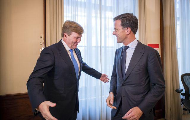 Koning Willem-Alexander ontvangt formateur Mark Rutte op Paleis Noordeinde voor een gesprek.