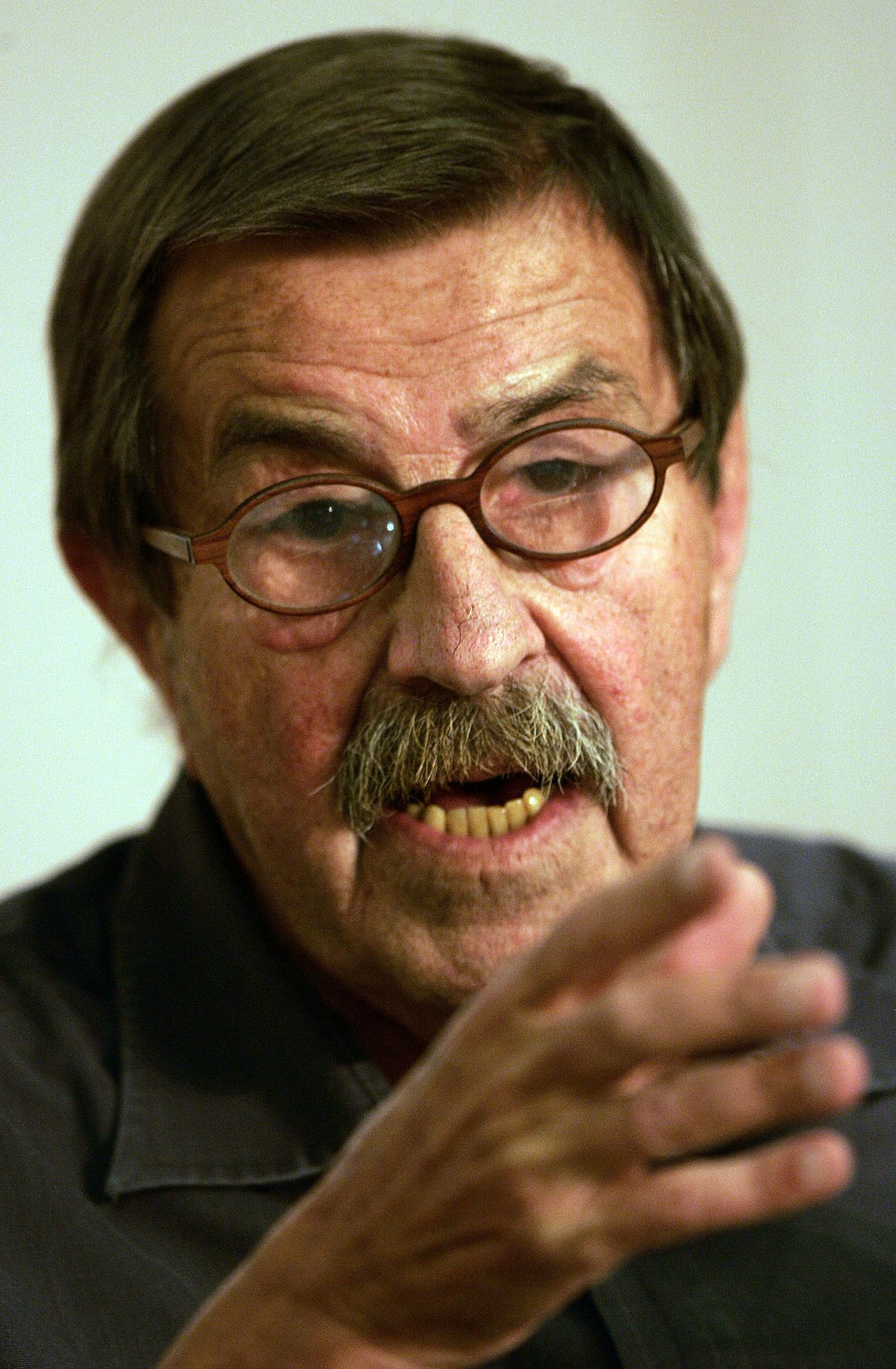 Günter Grass Foto AP **FILE**German writer and Nobel prize laureate Guenter Grass during a press conference in Hamburg, northern Germany, in this file photo from Sept. 8, 2005. Grass admitted in an interview that he served in the Waffen SS, the combat arm of Adolf Hitler's dreaded paramilitary forces during World War II, a German newspaper reported Friday Aug. 11, 2006. (AP Photo/Kai-Uwe Knoth-File)