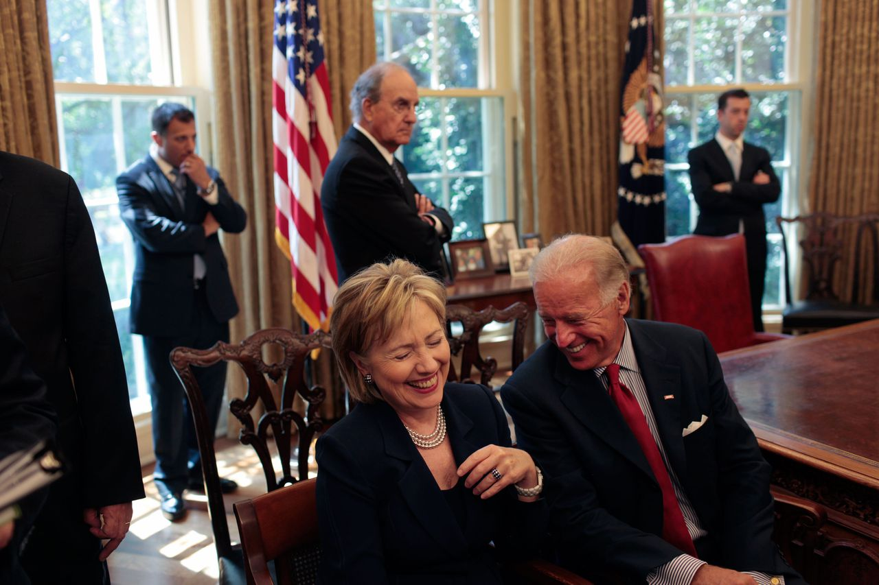 De Amerikaanse minister van Buitenlandse Zaken, Hillary Clinton, lacht om een opmerking van vicepresident Joe Biden. Foto Polaris August 18, 2009, Washington, District of Columbia, USA: United States Secretary of State Hillary Rodham Clinton laughs at a remark by Vice President Joe Biden as they wait for the start of a press statement by President Barack Obama and Egyptian President Hosni Mubarak in the Oval Office.///Hillary Rodham Clinton (L) and Joe Biden sit and laugh while others stand in the Oval office waiting for a meeting to begin. Credit: Polaris
