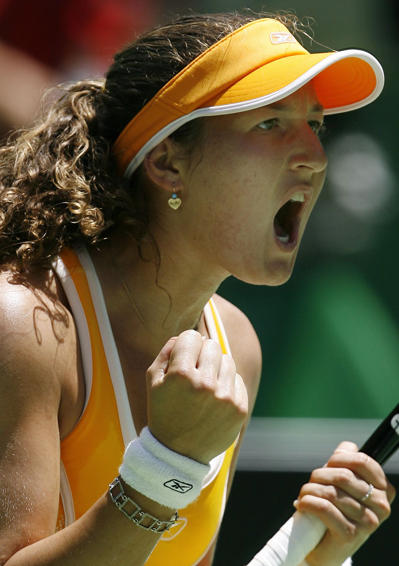 Shahar Peer Foto AFP Shahar Peer of Israel gestures after winning the first set in her women's singles quarter-final match against Serena Williams of the US at the Australian Open tennis tournament in Melbourne, 23 January 2007. Peer leads Williams by one set to nil as the match continues. AFP PHOTO/Greg WOOD