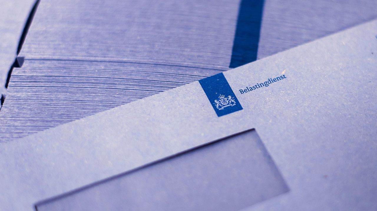 Blauwe enveloppen in de printstraat van de Belastingdienst.