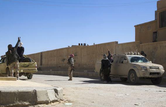 Strijders van het Vrije Syrische Leger eerder deze week in Homs. Twee mannen uit Arnhem zijn twee maanden geleden aangehouden omdat ze naar verluidt mee wilden doen aan de internationale jihad in Syrië, aldus Nieuwsuur vanavond.