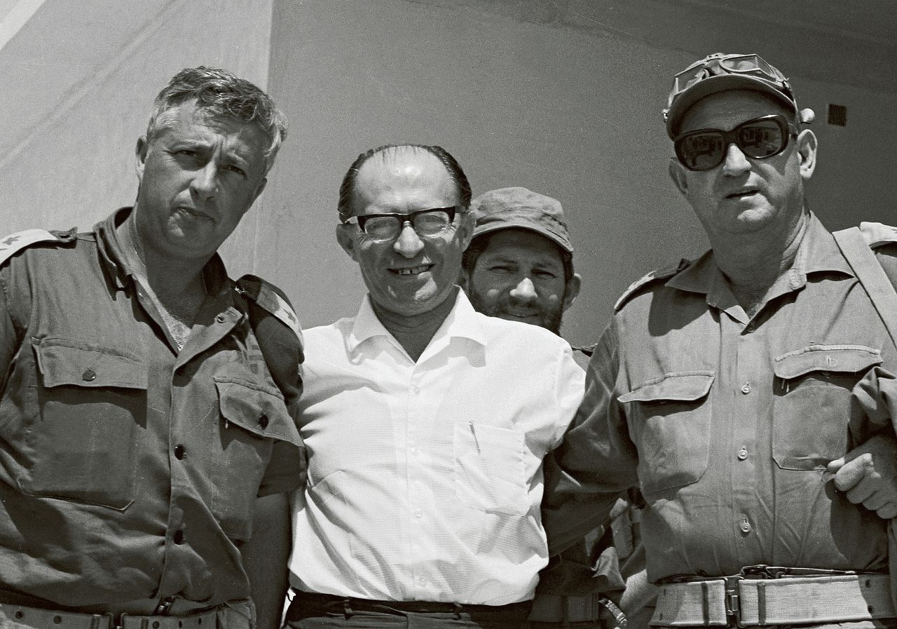 Menachem Begin (midden) in de Sinaï, juni 1977. Links de latere premier Ariel Sharon.