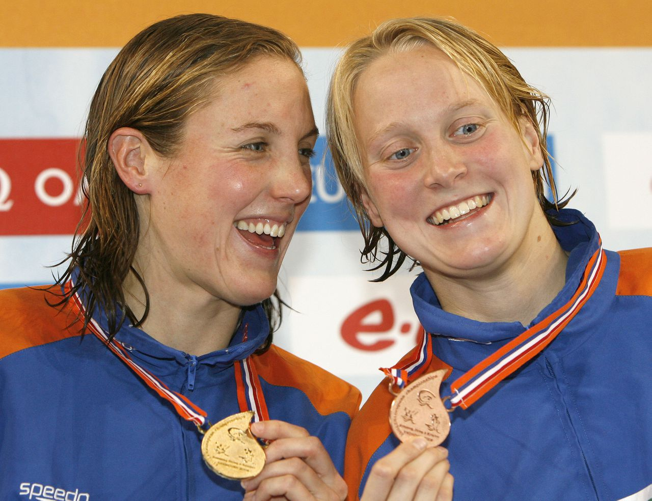 Marleen Veldhuis (links) en Inge Dekker. Foto Reuters Marleen Veldhuis of the Netherlands, left, who took the gold, and her compatriot Inge Decker, bronze, celebrate during the medal ceremony of the Women's 100m freestyle during the European Swimming Championships in Eindhoven, The Netherlands, Thursday March 20, 2008. (AP Photo/Michael Sohn)