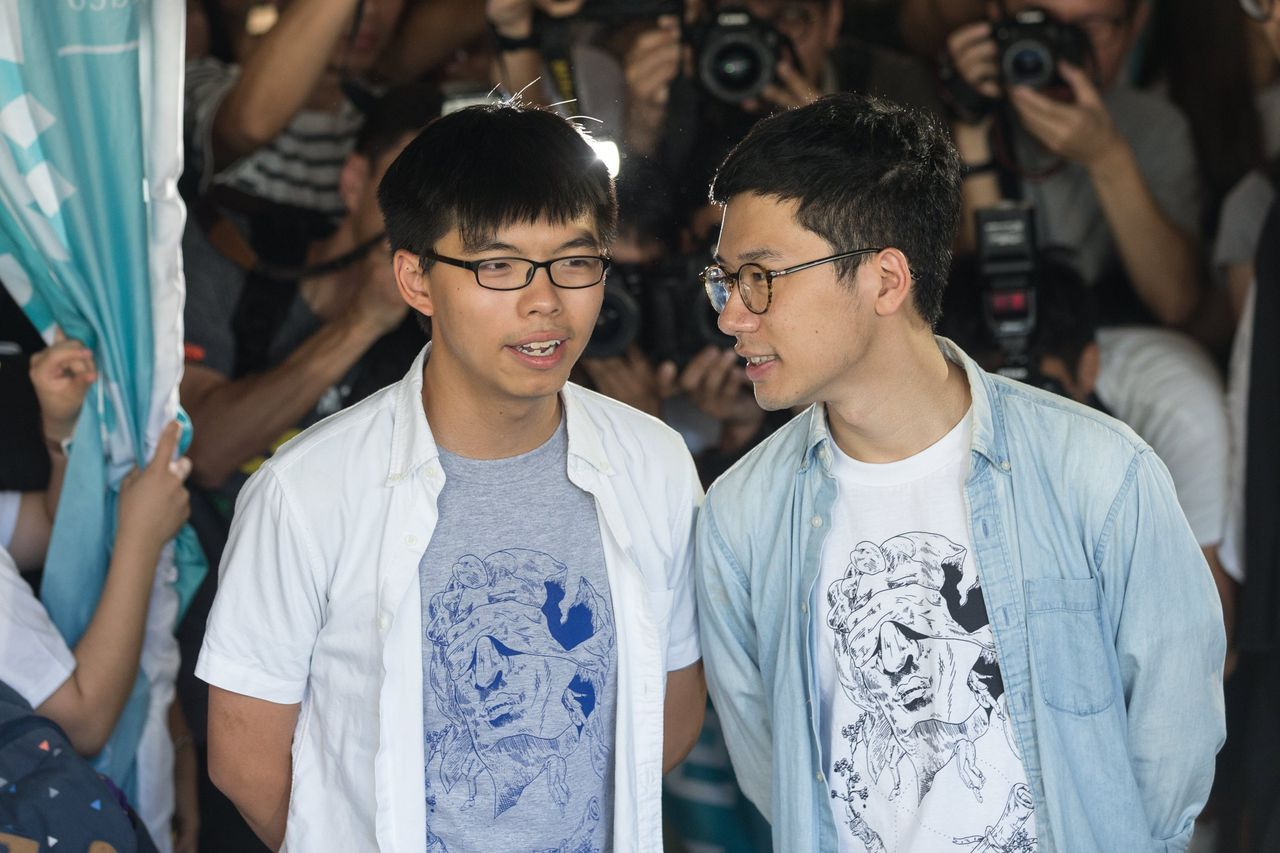 Joshua Wong (links) tijdens de protesten in 2014.