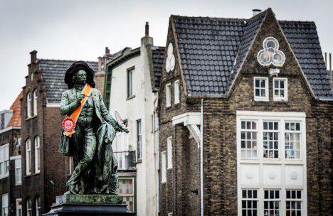 Het standbeeld van Ary Scheffer op het Dordtse Scheffersplein is versierd met een oranje sjerp, een dag voor Koningsdag. Middenstanders presenteren op de feestdag typische Dordtse producten op het plein in de Dordtse binnenstad. Het gaat om design, delicatessen en eigentijdse ambachtelijkheid.