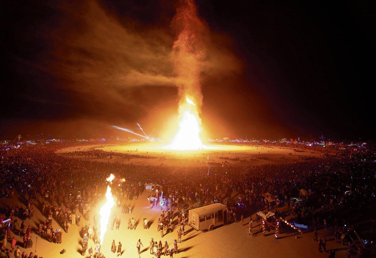 Tijdens Burning Man wordt traditioneel tegen het einde van het festival een gigantische houten man in de fik gestoken.