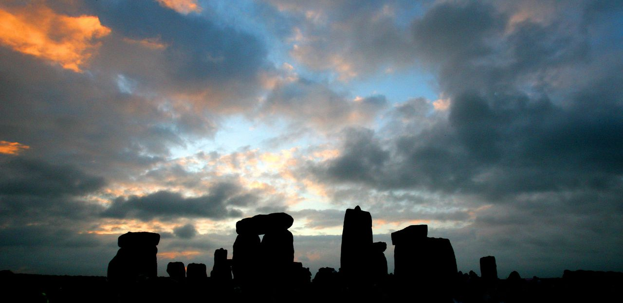 Stonehenge. De stenen lijken op wetenschappers met nieuwe theorieën over de betekenis van Stonehenge een speciale uitwerking te hebben. FOTO AFP (FILES) A file picture taken on June 21, 2007 shows the stone circle of Stonehenge at sunrise during the pagan festival, Summer Solstice, in Avebury, Wiltshire. Archeologists have started excavating on Stonehenge on Monday March 31, 2008 hoping to explain the mystery of the alignment of the five thousand years old stones. These latest excavations are the first ones in 44 years and they aim at dating precisely 'the double circle of blue stones'. AFP PHOTO/CARL DE SOUZA/FILES