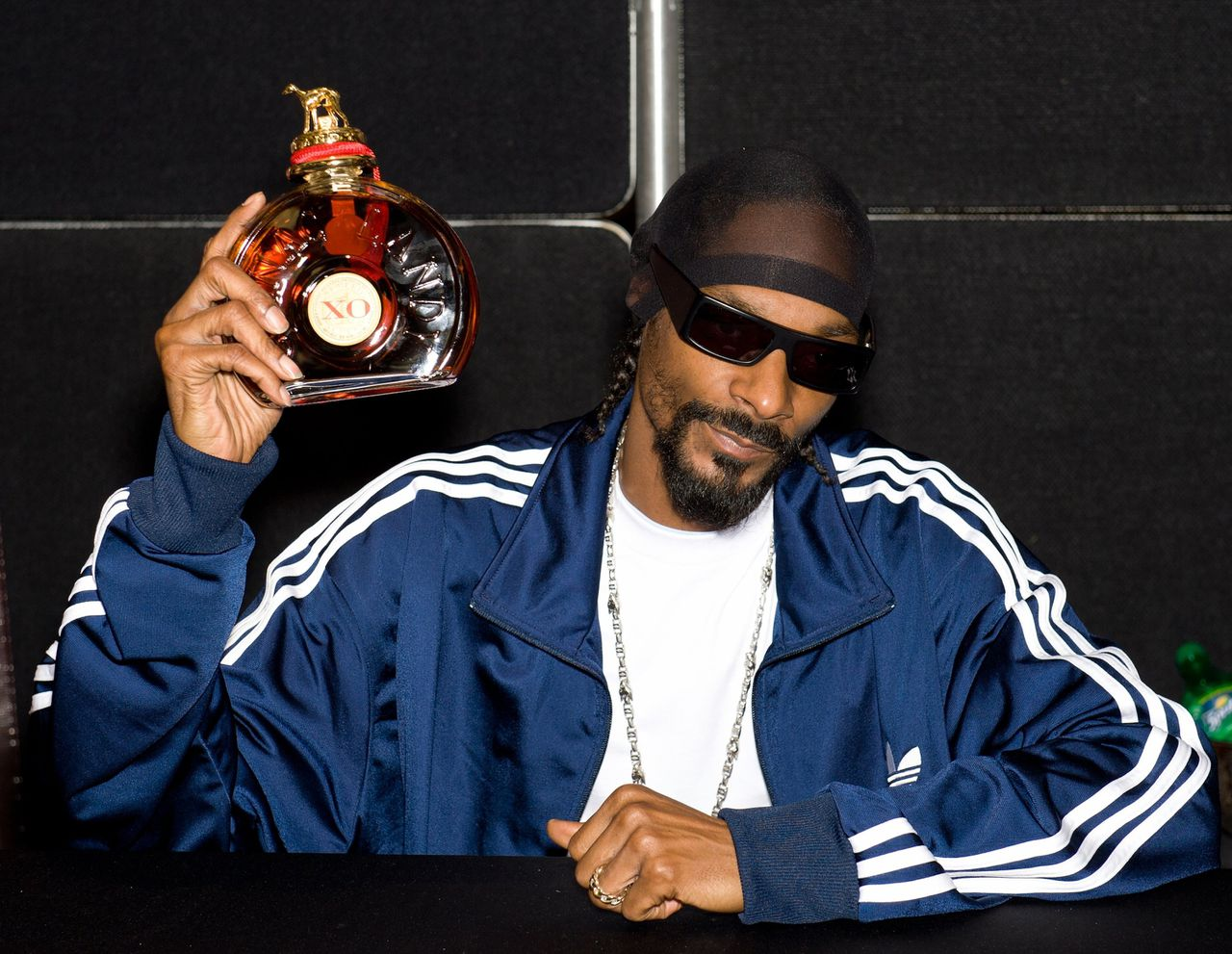 """""""You niggas sippin' on that jealousy, I pour a tall glass of Hennessy, do you wanna have a sip with me?"""", rapt Snoop Dogg in zijn nummer Hennessy N Buddah."""