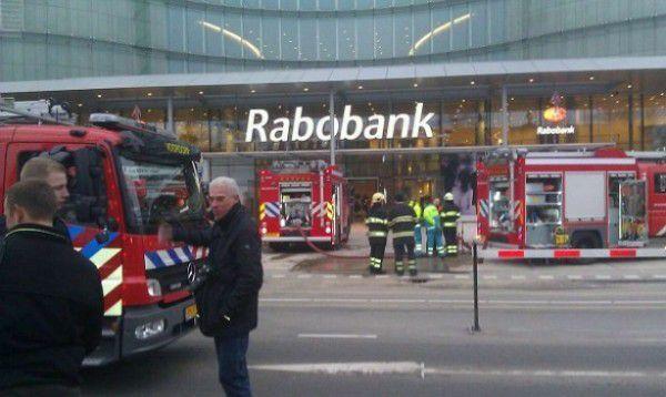 De brandweer ontruimt het nieuwe hoofdkantoor van de Rabobank.